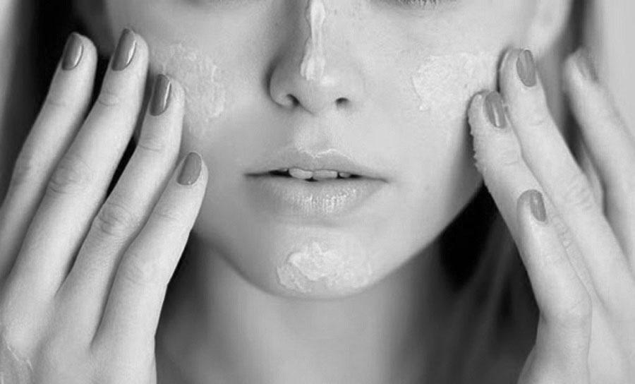 Dùng kem dưỡng trắng da lâu ngày có hại không?